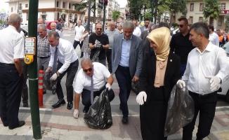 İnegöl protokolü sokaklardan çöp topladı