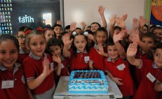 Minik öğrencilere yaş pasta sürprizi