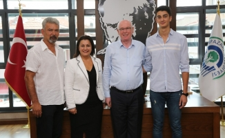 Odunpazarı'ndan Fenerbahçe'ye transfer olan Yiğit Yıldız'dan Başkan Kazım Kurt'a ziyaret