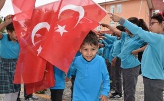 Öğrenciler Türk bayrağı altında okula girdi