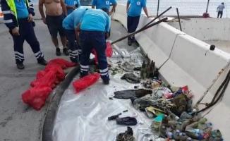 (Özel) Balık adamlar denizden yarım saatte kilolarca çöp çıkardı