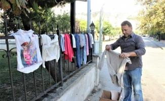 (Özel) Çocuklar caddeye asılan elbiseleri para ödemeden alabiliyor