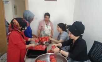 Sason'da kadınlar kurutmalık yaparak aile bütçesine katkıda bulunuyor