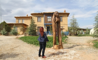 Sonsuz Şükran köyüne 'Yüreğiyle yürüyenler' kadın heykeli