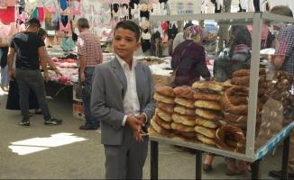Takım elbisesiyle tezgah başına geçip, okul harçlığı için simit satıyor