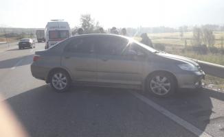 Tosya'da yoldan çıkan otomobil bariyerlere çarptı: 2 yaralı