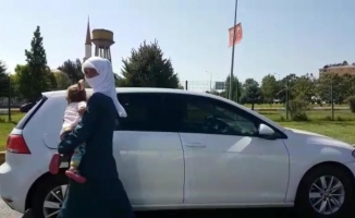 Trafikte bebeği kucağında dilenen kadın, il dışına gönderildi