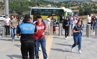 Üniversite öğrencilerini kapıda Uşak polisi karşıladı