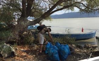 Üniversiteliler Gölyazı'yı temizledi