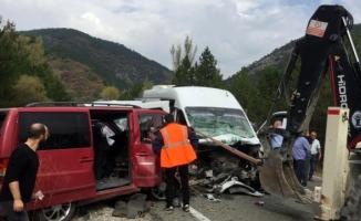 Domaniç'te 2 minibüs çarpıştı: 1 ölü, 15 yaralı