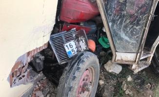 Freni boşalan traktör eve daldı