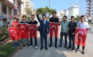 İstanbul yolundaki sürücülere Türk Bayrağı dağıttılar