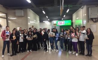 Öğrenciler metroda kitap okuyarak 'Kitap her yerde' mesajı verdi