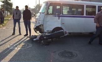 Servis minibüsü ile motosiklet çarpıştı 1 ağır yaralı