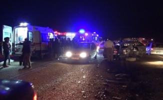 Bursa'da minibüs ile otomobil kafa kafaya çarpıştı: 1 ölü, 20 yaralı