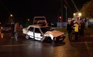 Bursa'da otomobile TIR çarptı, otomobil sürücüsü araç içinde sıkıştı