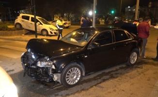 Kaza sonucunda refüje oturan arabada bulunan 3 kişi yaralandı