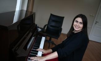 (Özel) Bursa'da yaşayan Rus piyanist, genç yetenek avcısı