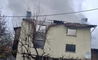 3 katlı ev kül oldu: 2 yaralı