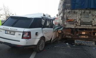 Lüks araç, kamyona arkadan çarptı