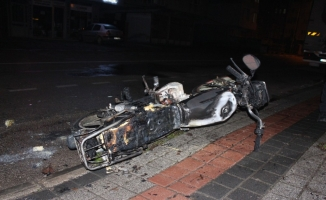 Alev alan motosikletini bırakıp kaçtı