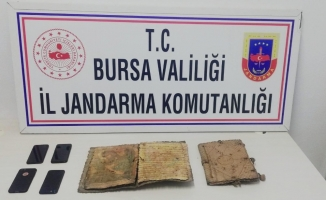 Bin yıllık İncil'i satarken yakalandılar
