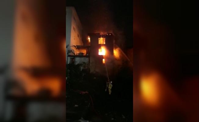 Bursa'da 3 katlı bina alev alev yandı