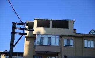 Ev sahibi kapıyı açmadı ekipler çatıdan atladı
