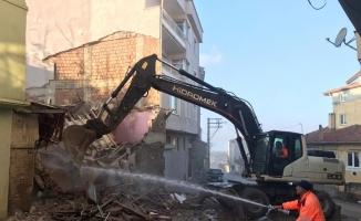 Gemlik Belediyesi'nden metruk bina temizliği