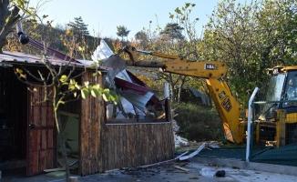 Kaçak ahşap ev yıkıldı