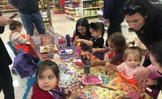 Aileler alışverişte çocuklar boyama etkinliğinde