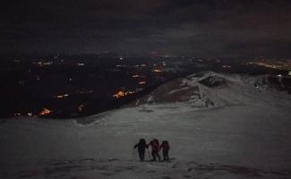 Bursalı dağcılar Uludağ'da -7 derece soğuğa rağmen gece yürüyüşü yaptı
