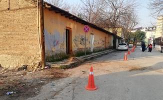 İnegöl'de tehlike saçan metruk binalar yıkıldı