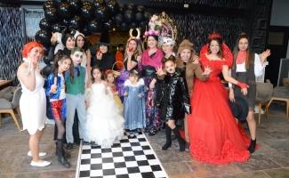 Anneler ve çocukları kostüm partisinde buluştu