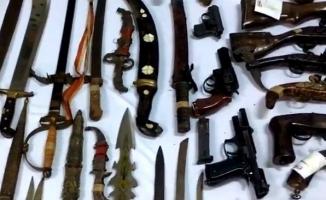 Bursa'da lastikçi dükkanından silah ve kılıç cephanesi çıktı