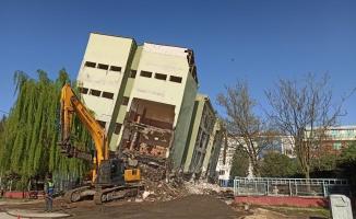 İnegöl'de riskli binanın yıkım çalışmaları başladı