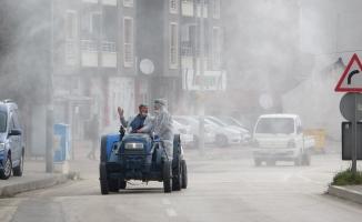 Köy muhtarları mikropları traktörleriyle öldürdü