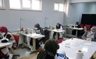 Orhaneli Halk Eğitim Merkezi öğreticiler gönüllü maske üretiyor