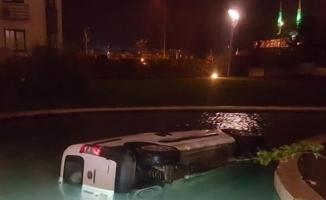 Yok böyle kaza... Alkollü direksiyona geçti site havuzuna uçtu