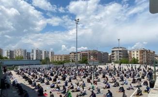 Bursa'da Emek pazar alanı cuma namazında insan seline döndü