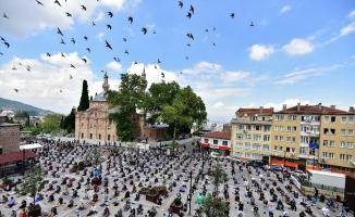 Restorasyonu bitmeyen camide vatandaşlar cumayı meydanda kıldı