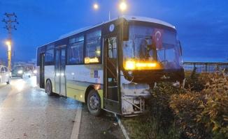 Toplu taşıma aracı ile hafif ticari araç çarpıştı;2 yaralı