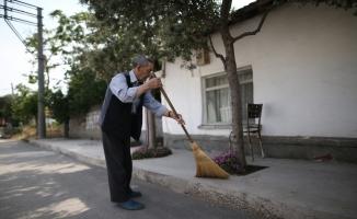 (Özel) 86 yaşında ama...Her gün mahallesini süpürüp çevreye örnek oluyor