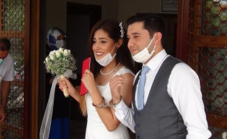Düğün hediyesi olarak kelepçe taktı