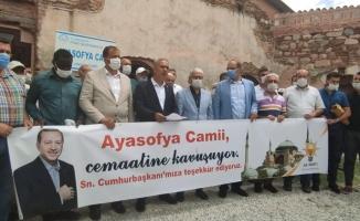 İznik Ayasofya Camii önünde, İstanbul Ayasofya Camii için lokma döktürdüler