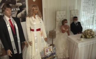 Koronavirüs bunu da yaptırdı: Düğün takıları maket mankenlere takıldı