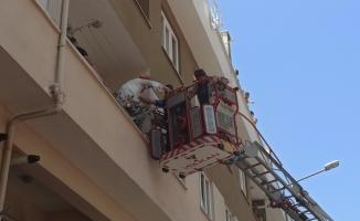 Matkap patladı, balkonda mahsur kalanları itfaiye kurtardı