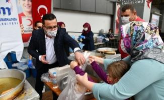Mustafakemalpaşa Belediyesi Ayasofya Cami için lokma dağıttı