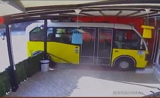 Sürücüsüz minibüs harekete geçti, çiğ köfteciye daldı