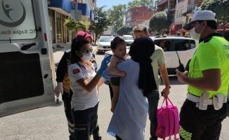 Otomobilin çarptığı anne ve bebeği yaralandı